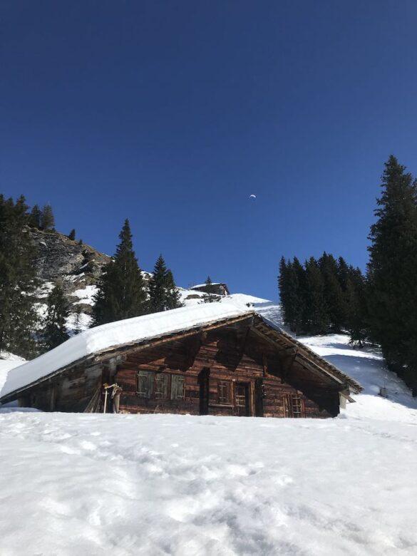 Alphütten bei Adelboden auf der Winterwanderung
