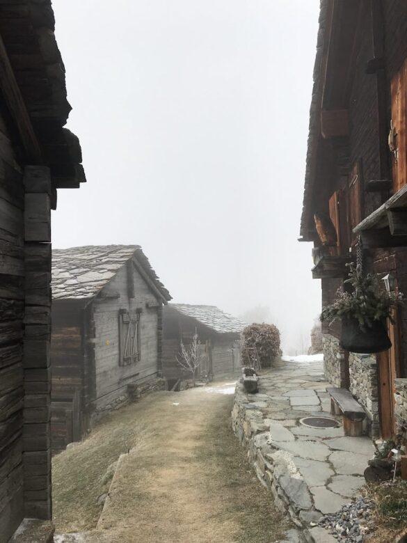Der Weiler Oberbrunnu im Nebel