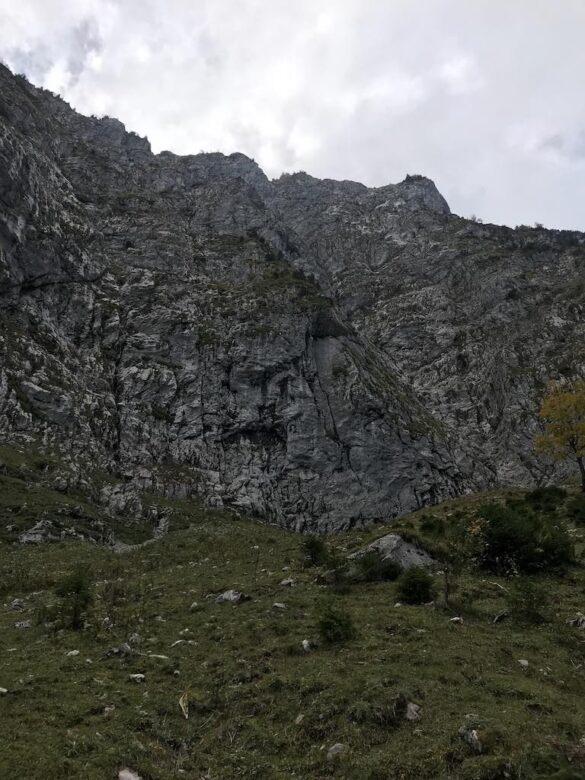 Eine steile Felswand des Grossen Mythens