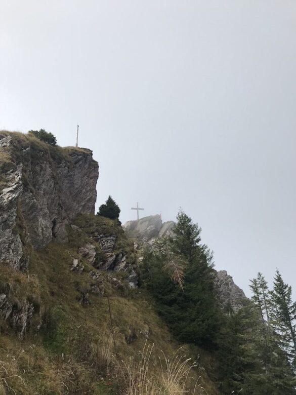Das Gipfelkreuz des Grossen Mythens im Nebel
