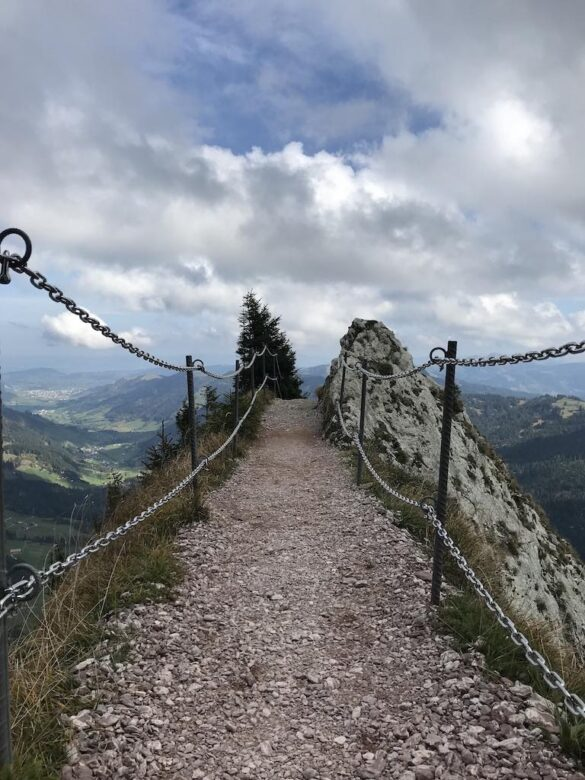 Schmaler Grat auf dem Wanderweg