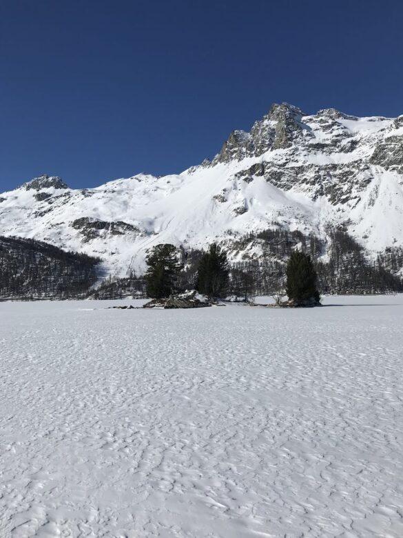Inseln auf dem gefrorenem Silsersee