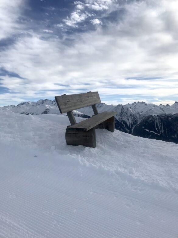 Sitzgelegenheit auf dem Winterwanderweg