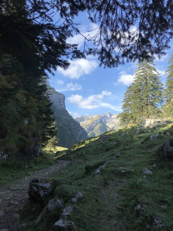 Wanderweg bei kleinen Hütten