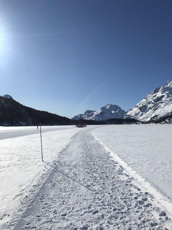 Winterwanderweg kurz vor Maloja auf dem Silsersee