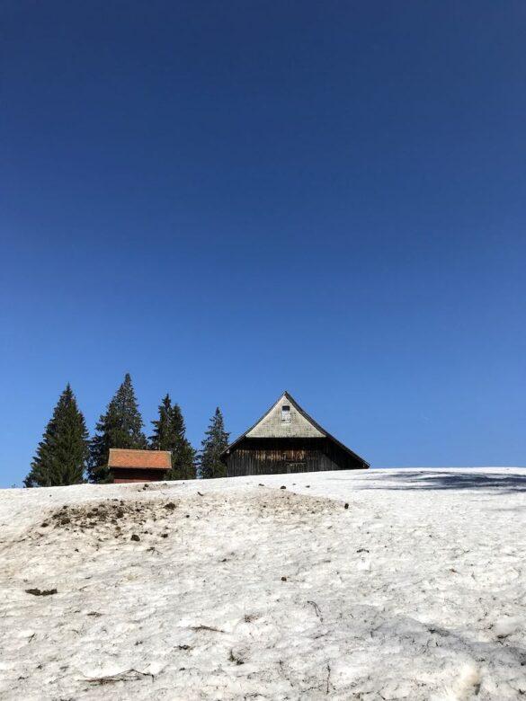 Schneelandschaft mit Stall