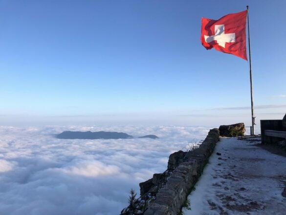 Schweizer Fahne im Morgenlicht
