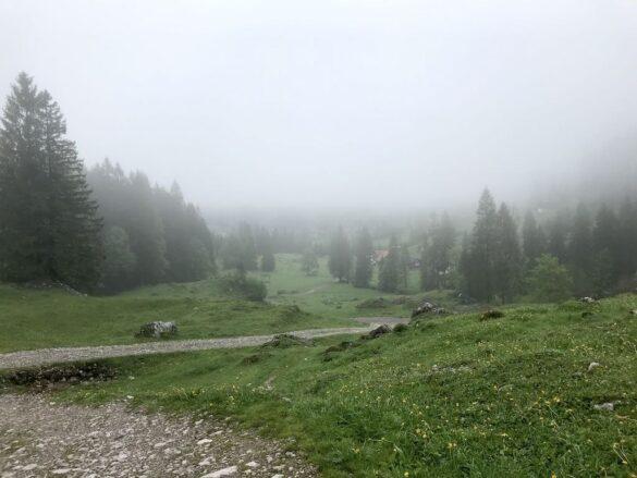 Wanderweg im Nebel bei Brunni