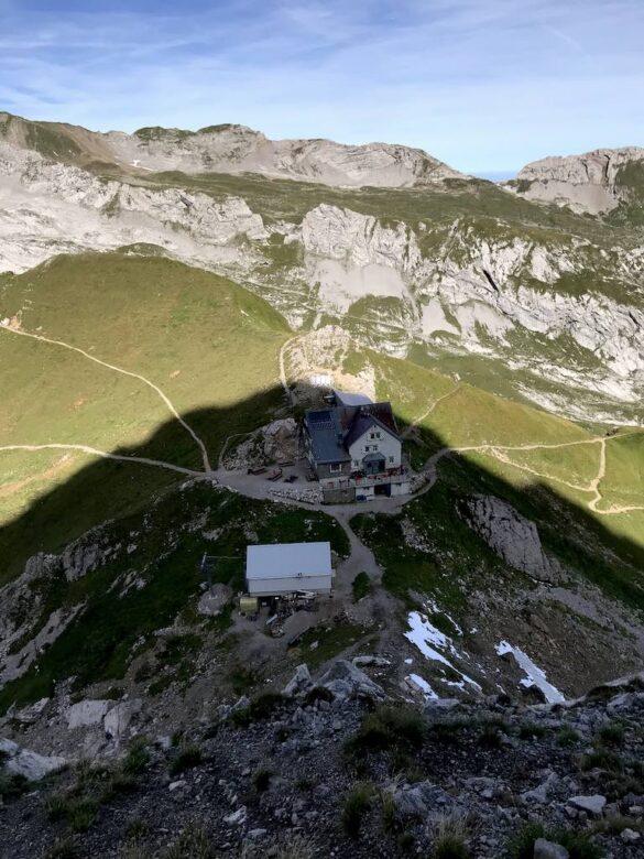 Blick aus der Flieswand runter zum Rotsteinpass