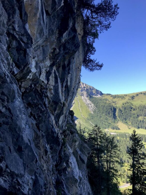 Felswand beim Abstieg ins Simmental
