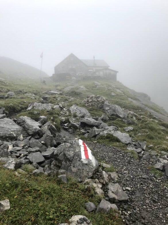Wildhornhütte im Nebel