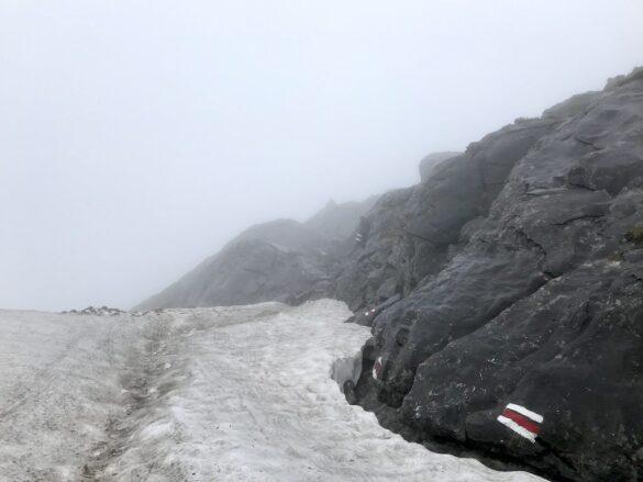 Karst- und Schneelandschaft