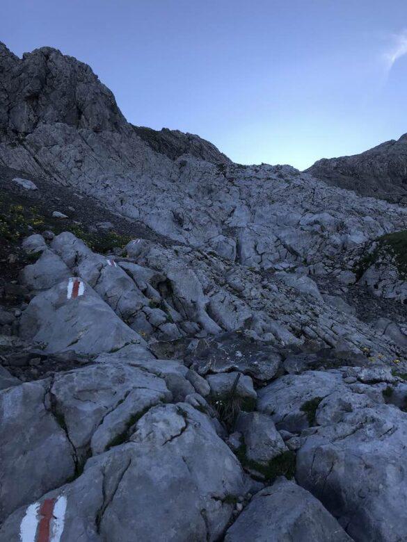 Bergwanderweg durch Felsen beim Säntis
