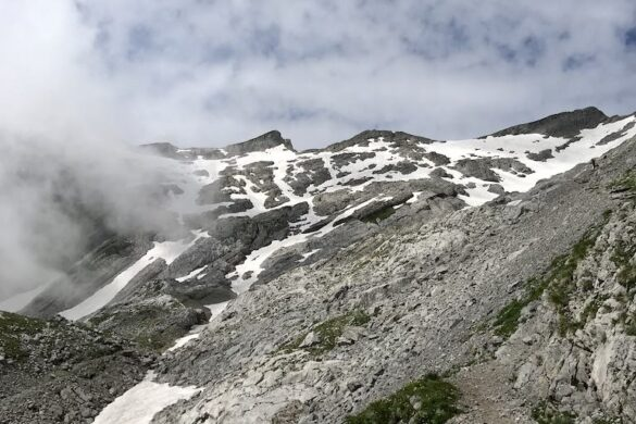 Bergwanderweg vom Säntis zur Meglisalp mit Schneefelder