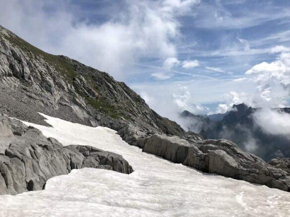 Schneefeld und Felsen beim Säntis
