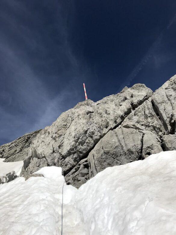 Schneefeld unterhalb des Säntis mit Seil und Antenne