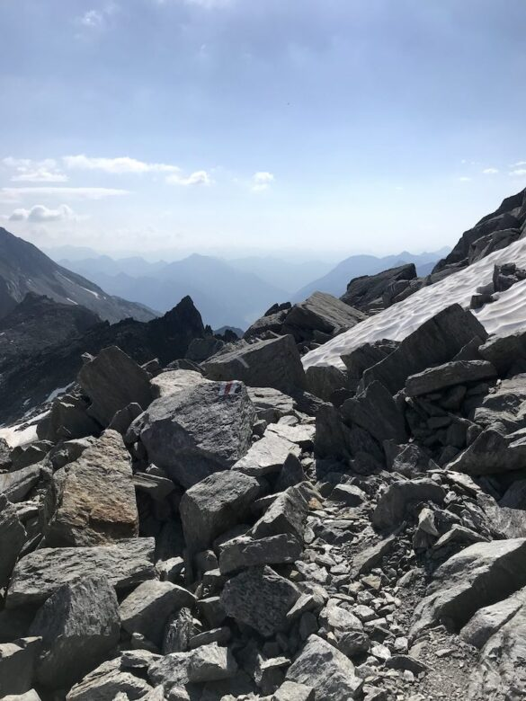 Bergwanderweg mit Schneefeld