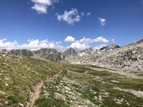 Kleine Wiese beim Tälligrat mit Bergwanderweg
