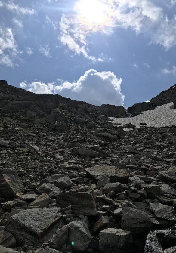 Steiler Wanderweg mit Schneefeld