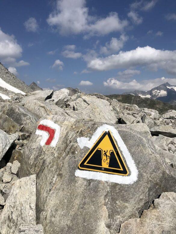 Warnzeichen Spalte im Schneefeld