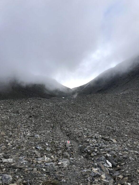 Wanderweg auf Geröllfeld bei Fuorcla Pischa