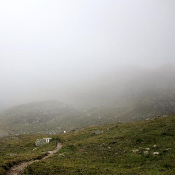 Fotografie Bergwanderweg im Nebenl