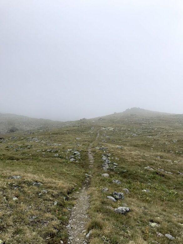 Wanderweg im Nebel bei As-cha