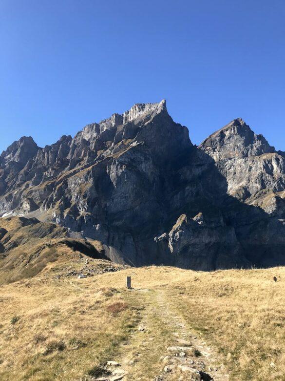 Wanderweg mit Brunnistock