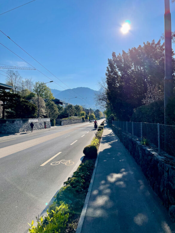 Wanderweg an Strasse